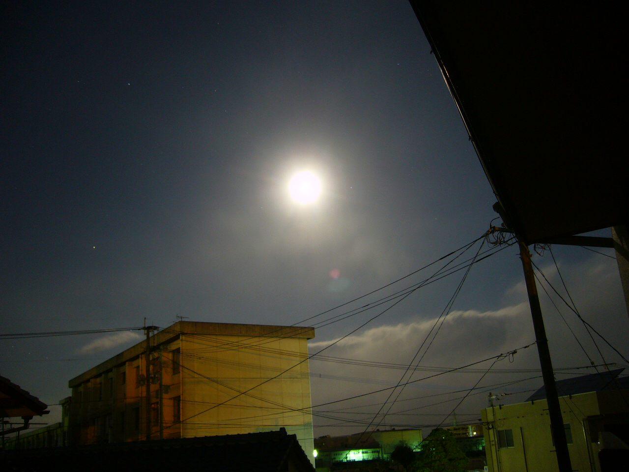 夜の月に迫り来る雪雲
