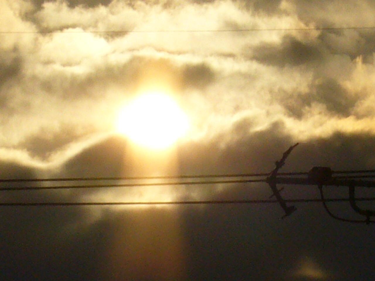 今日の夕日。雲の隙間から。