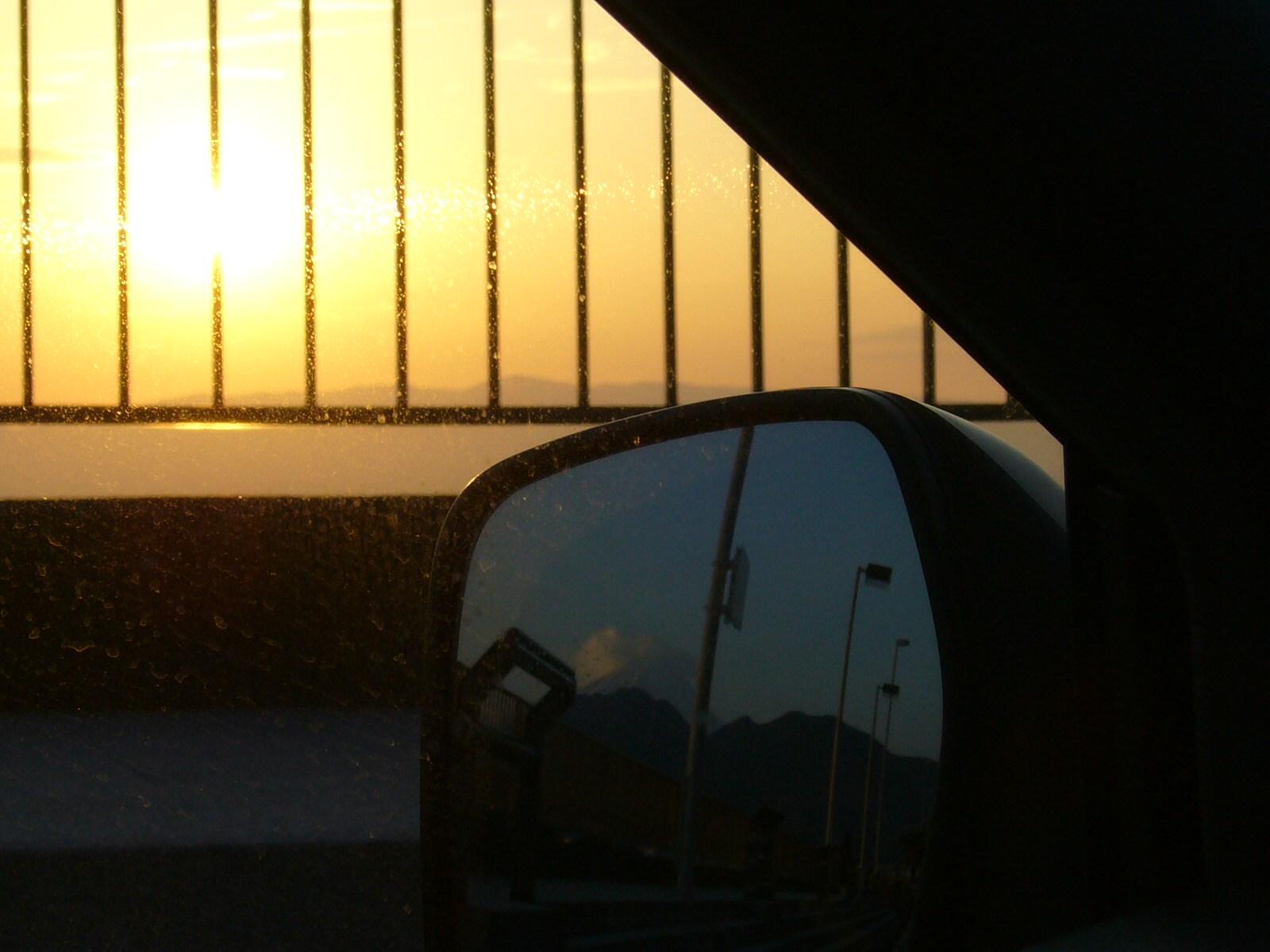 某所、某日の朝日と富士山