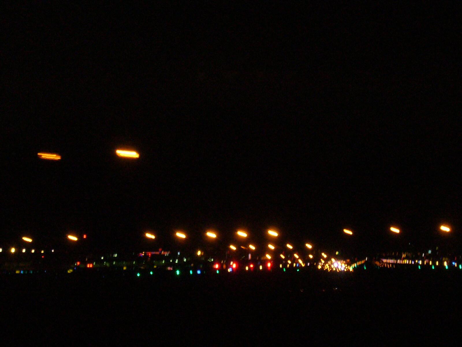 昨日の夜の福岡空港。バス移動中撮影。