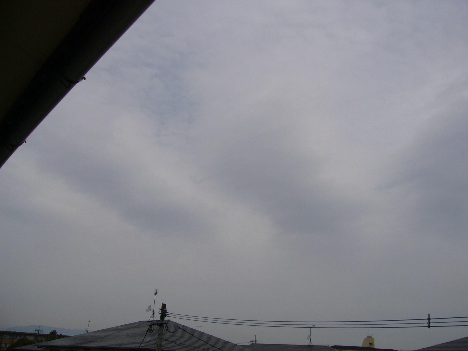 雲底の高さ2000mクラスのナミナミ雲。6時間後位から降雨とソラヨミ。