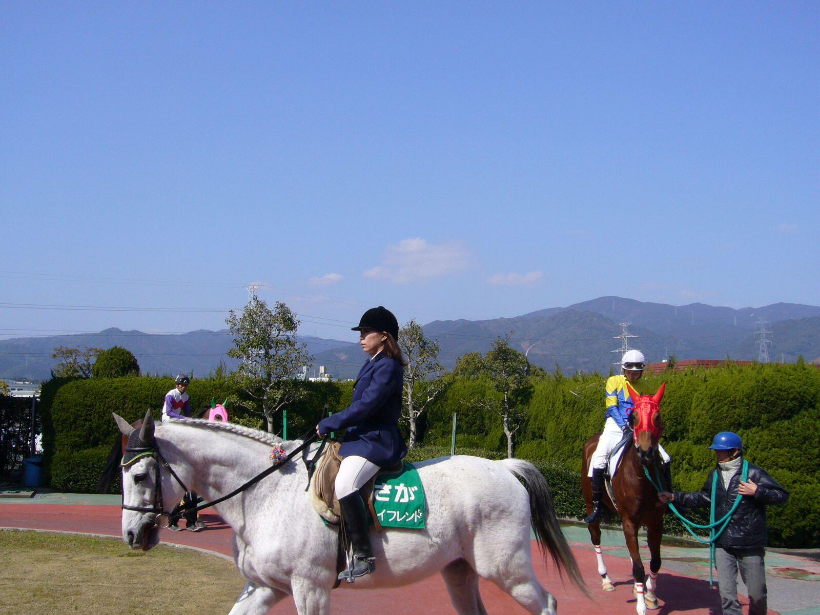 佐賀競馬場のパドックから脊振山を望む。