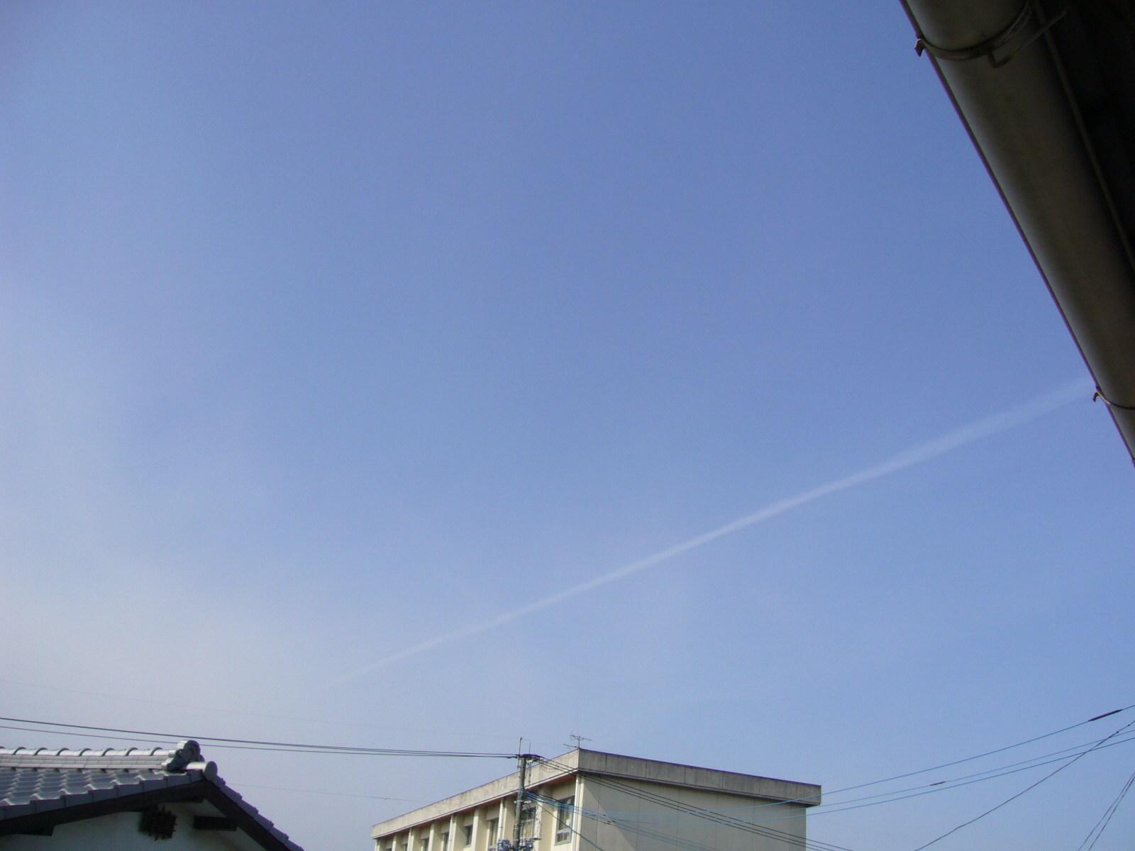 九州は飛行機雲とハロ祭りになりそう。