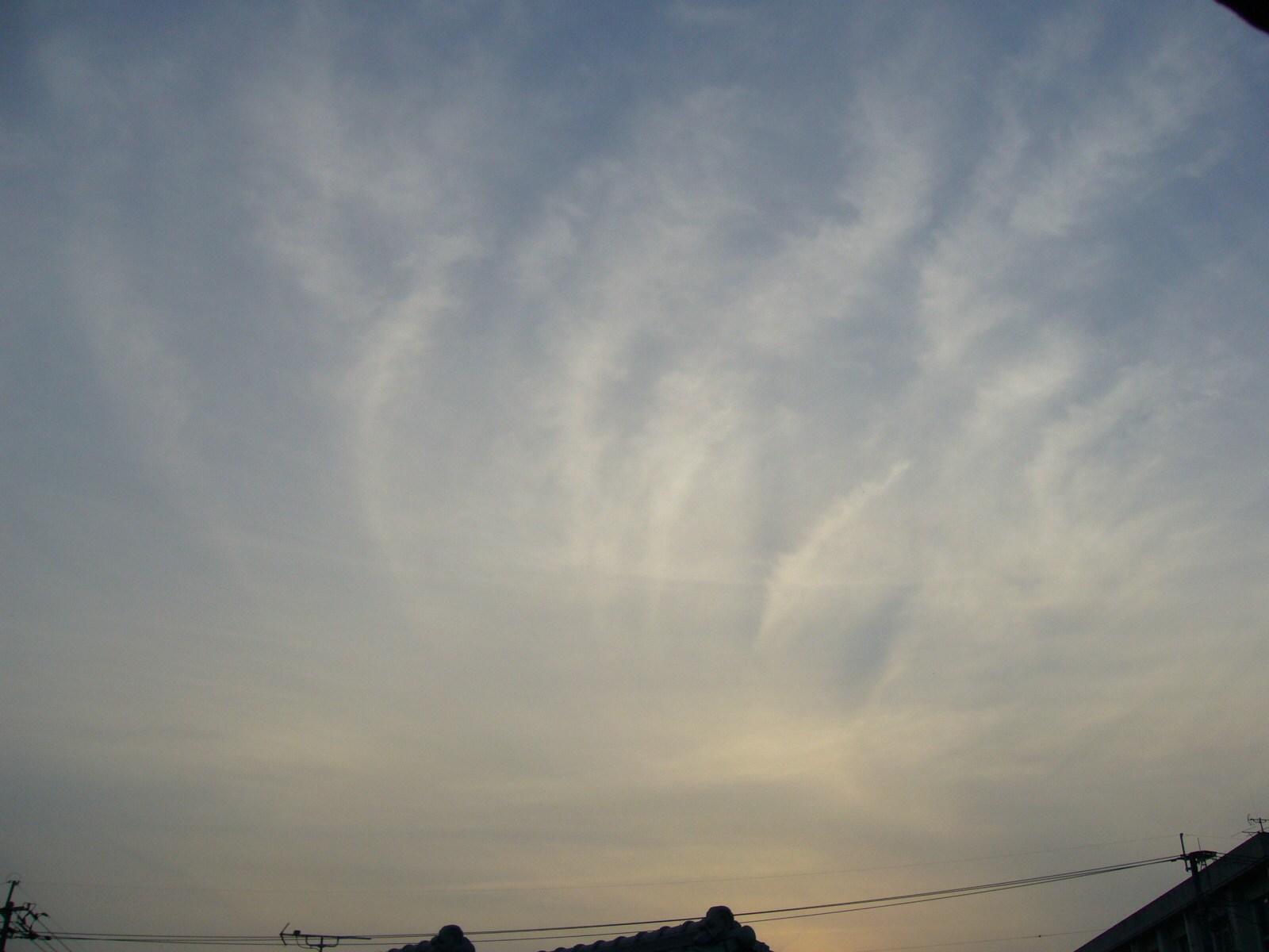 フェザー級ナミナミ雲。24〜5時間後に降雨のソラヨミ