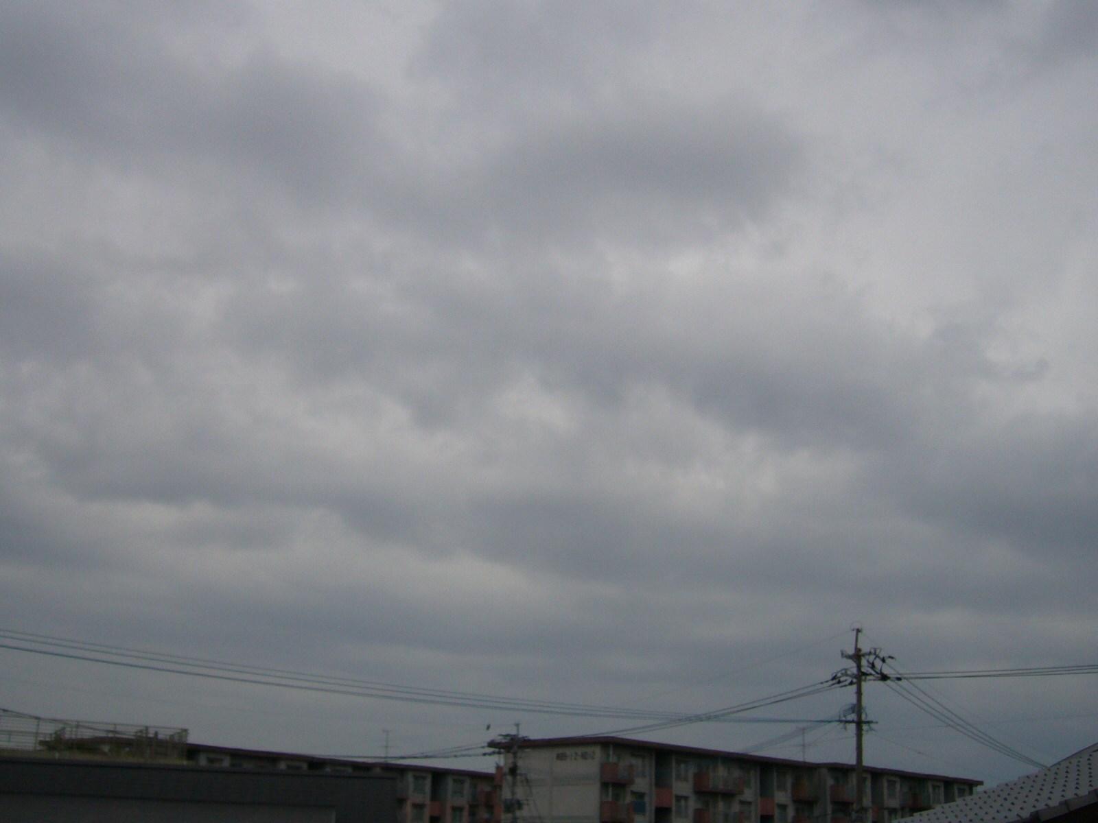 雲底1000m以下のヘビー級ナミナミ雲。2〜3時間後から降雨のソラヨミ。